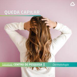 Queda capilar - mulher toca no cabelo