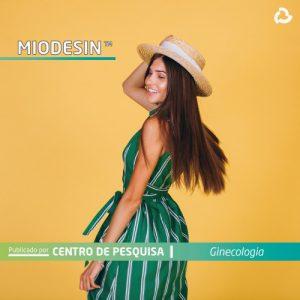 Miodesin™ - Mulher de vestido e chapéu sorrindo
