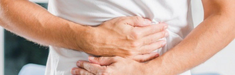 Manejo da doença de chron - homem com dor na barriga