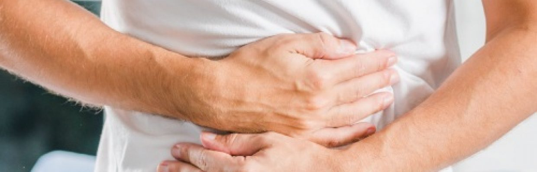 Mesalazina e curcumina - Homem com dores no estomago