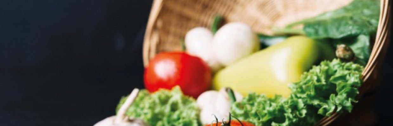 Veganos e vegetarianos - Bandeja com legumes